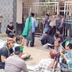 Puluhan mahasiswa Sukabumi yang tergabung dalam wadah Himpunan Mahasiswa Islam (HMI) Cabang Sukabumi, mengontrog Kantor Dinas Pendidikan (Disdik), Kabupaten Sukabumi