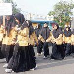 IRING-IRINGAN: Puluhan santri dari salah satu Pesantren di Kota Sukabumi.