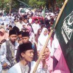 TUMPAH RUAH: Ribuan santri dari berbagai pondok pesantren yang ada di Kabupaten Sukabumi ikut memeriahkan peringatan HSN 2018 yang digelar di Alun-alun Masjid Agung Palabuhanratu,Senin (22/10).