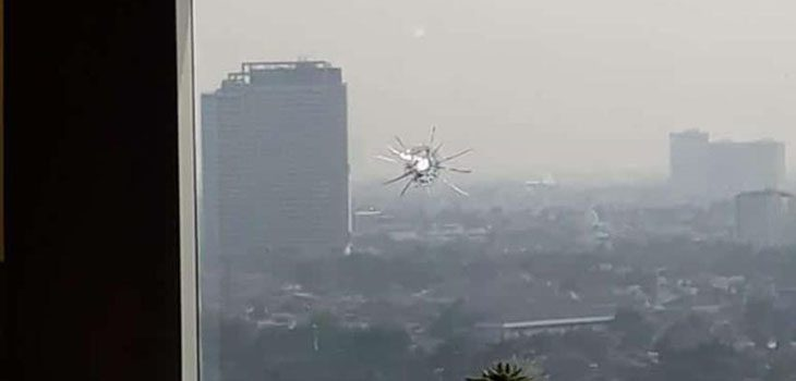 Penembakan gedung DPR RI. Kaca pecah
