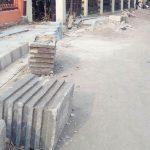 DIBIARKAN: Belasan pot bunga milik Dinas Perkimsih kondisinya dibiarkan tergeletak akibat pembangunan proyek irigasi dan trotoar Jalan Nasional
