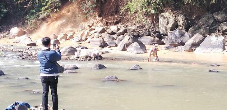 PENCEMARAN LINGKUNGAN: Kondisi Sungai Cicatih yang keruh akibat limbah dari perusahaan pencucian pasir kuarsa, belum lama ini.
