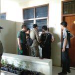 Razia Satpol PP di Kota Cirebon. (alwi)