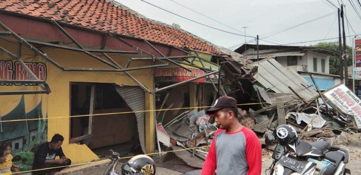 Kondisi kios usai tabrakan beruntun truk di Cirebon.