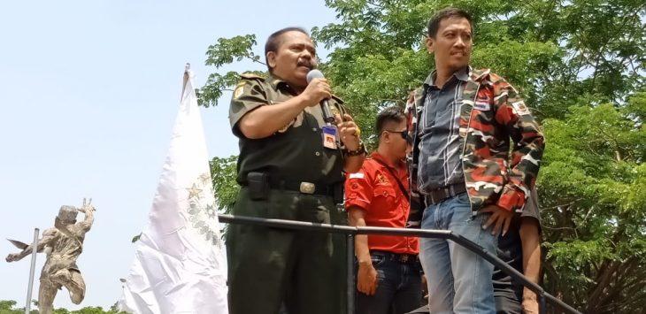 Sejumlah ASN yang berorasi depan kantor Bupati Cirebon, Kamis (1/11/2018)./Foto:  Alwi