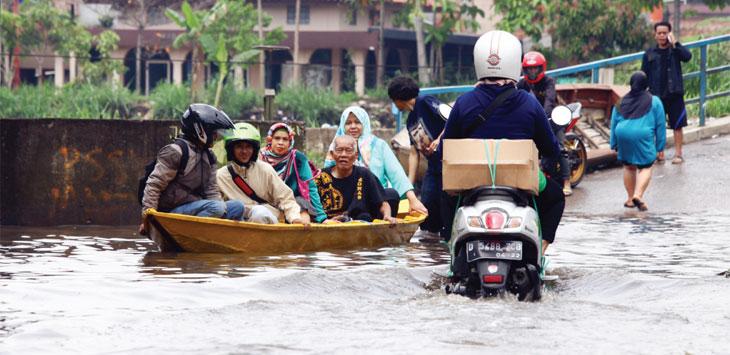 TERJANG: Warga beraktivitas di lokasi banjir akibat meluapnya Sungai Citarum di Dayeuhkolot, Kabupaten Bandung, Jumat (9/11). Sedikitnya tiga kecamatan di Kabupaten Bandung terdampak banjir dari luapan Sungai terpanjang di Jabar tersebut. RIANA SETIAWAN/RADAR BANDUNG