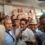 Cawapres Sandiaga Uno berbincang dengan warga ketika mengunjungi Pasar Bogor.
