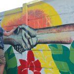 BEBAS BERKREASI : Peserta saat membuat mural bertemakan Lingkungan dan Friendly City dalam rangka Depok Mural Competition (DMC) yang diadakan Dinas Lingkungan Hidup dan Kebersihan (DLHK) Kota Depok di Jalan Juanda, Jumat (16/11). Ahmad Fachry/Radar Depok