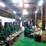 Gamelan Sekaten oleh Nayaga dibunyikan pada pukul 20.00 WIB di Keraton Kanoman Cirebon.