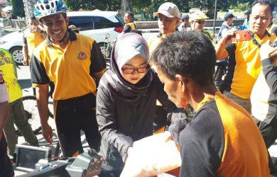 Istri Kapolres Majalengka, Fujciastuti Mariyono, saat membagikan sembako kepada warga yang kurang mampu. Jaja/pojokjabar.com