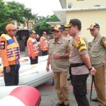Plt Bupati Bekasi bersama Kapolres Metro Bekasi memantau kesiapan personel BPBD. Foto : Istimewa