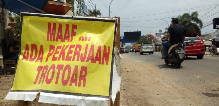 Pengerjaan trotoar di Jalan Tuparev, oleh pemerintah Kota Cirebon. Alwi/pojokjabar.com