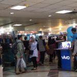 Pengunjung di Pusat Pembelanjaan di Kota Bogor memakai plastik, foto/adi