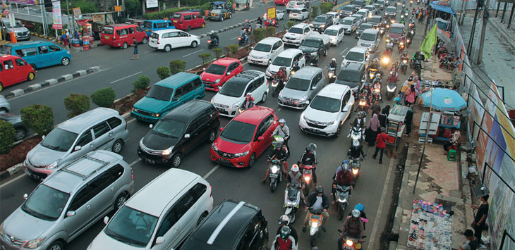 Sejumlah kendaraan terjebak kemacetan di kawasan Jalan Margonda Raya.