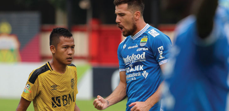 SELEBRASI: Jonatan Bauman melakukan selebrasi setelah berhasil menjebol gawang Bhayangkara yang dikawal Wahyu Tri Nugroho pada pertandingan Liga 1 di Stadion PTIK, Jakarta Selatan, Sabtu (3/11/18). Istimewa