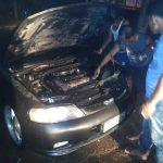 Petugas Damkar Kabupaten Cirebon memadamkan kebakaran pads kendaraan roda empat di Mundu, Selasa (20/11/2018)./Foto: Kirno