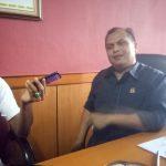 Ketua DPRD Kabupaten Cirebon sedang diwawancarai.