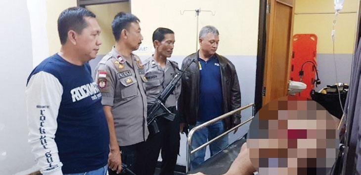 TERKAPAR: Salah satu pelaku pencurian terkapar di ruang perawatan RSUD Karawang. RUDI/RADAR KARAWANG