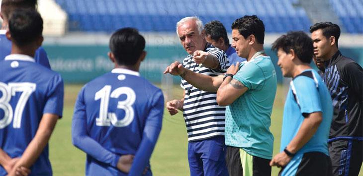 MEMBERI ARAHAN: Pelatih Persib Bandung, Mario Gomez saat memberi arahan kepada sejumlah pemain saat sesi latihan di Stadion Si Jalak Harupak, beberapa waktu lalu. Istimewa