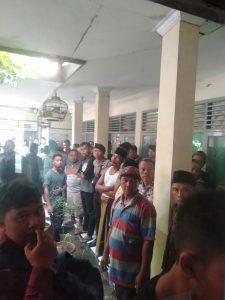 Massa yang marah karena aksi pencurian di Desa Tegal Gubug Lor.