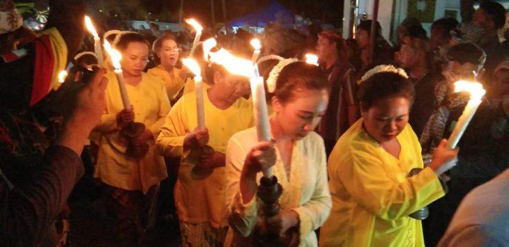 Salah satu barisan ibu-ibu dalam prosesi Malam Pelal Ageng Panjang Jimat. Kir/pojokjabar.com