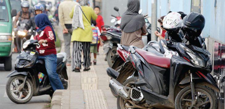 BERJAJAR: Beberapa sepeda motor nampak parkir sembarangan di atas trotoar. Pelanggaran tersebut salah satu pemicunya karena kurang area parkir. Istimewa