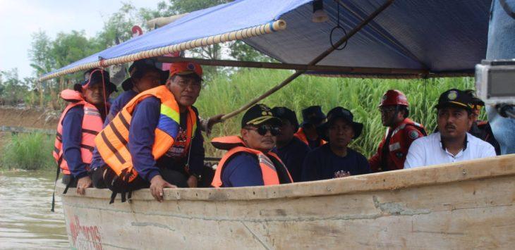 Pejabat Pemda Indaramayu susur Sungai Cimanuk (yanto)