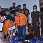 Tersangka HS memeragakan peristiwa pembunuhan, Rabu (21/11/2018). (ist)
