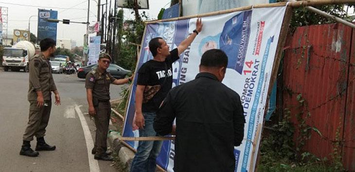 Satpol PP tertibkan APK liar di wilayah Bandung Barat. Istimewa