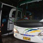 Petugas Satlantas Majalengka tengah melakukan ram check kendaraan bus di salah satu PO yang ada di Majalengka./Foto: Jaja