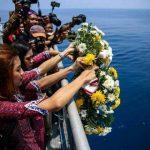 (Ilustrasi) Pramugari Lion Air dan keluarga korban melakukan tabur bunga di lokasi jatuhnya Lion Air JT 610 (ist)