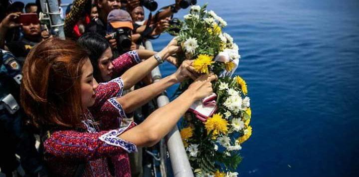 Pramugari Lion Air dan keluarga korban melakukan tabur bunga di lokasi jatuhnya Lion Air JT 610 (ist)
