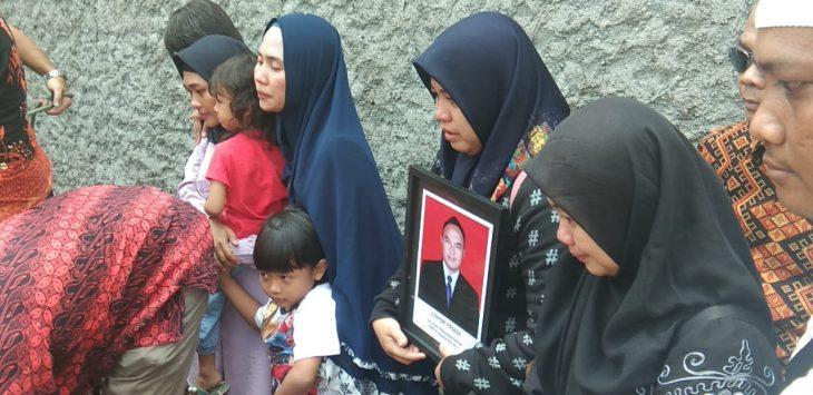Proses pemakaman Junior Priadi di Cirebon.