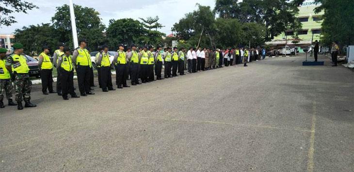 GELAR PASUKAN: Aparat kepolisian, TNI serta unsur lainnya mengikuti apel gelar pasukan jelang pilkades. Selain aparat keamanan, calon juga diundang agar semua kondusif. Asep Sopian/Radar Karawang