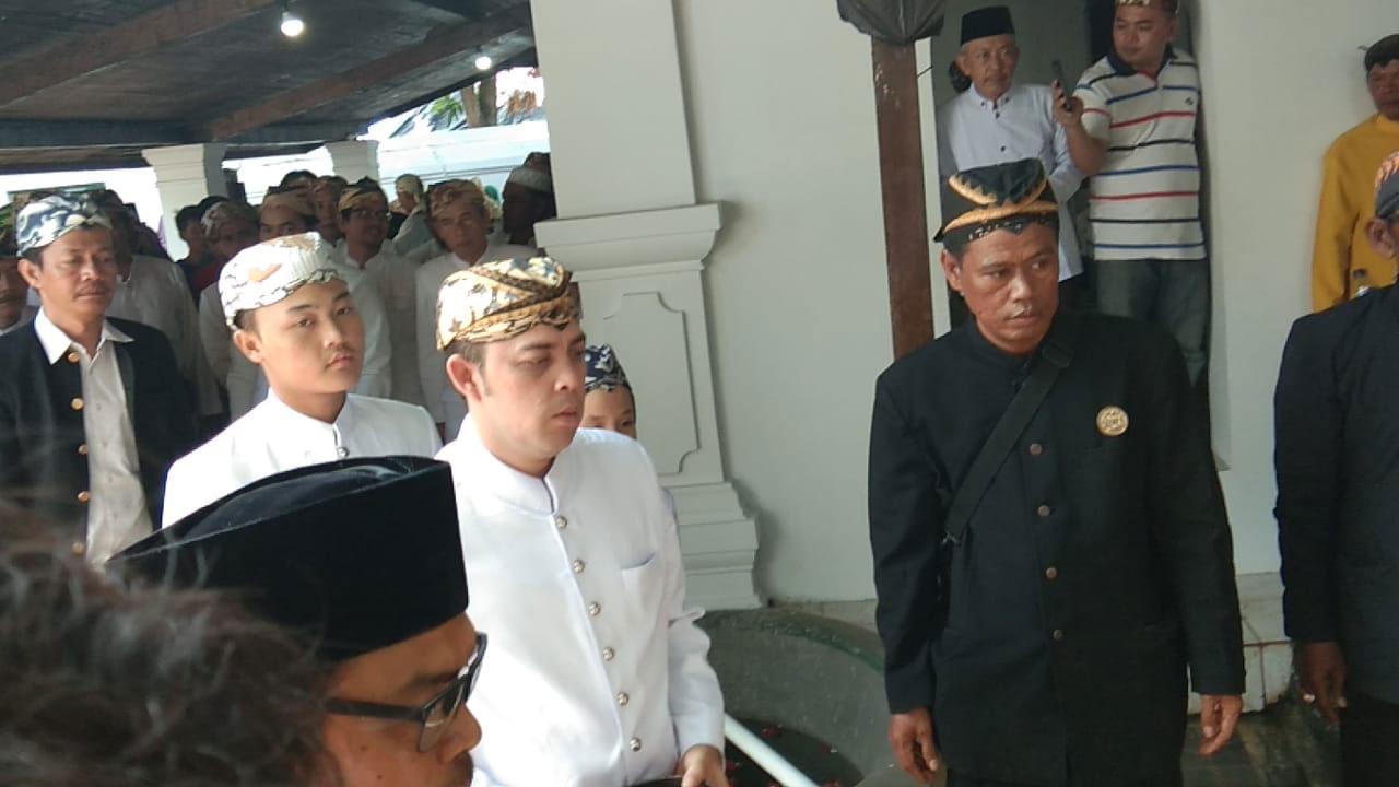 Pangeran Pati Qodiran berbaju putih melaksanakan ritual Nyiram Gong Sekati di Keraton Kanoman Cirebon.