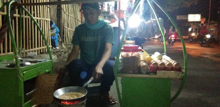 Sepanjang Jalan Pulosaren, Kota Cirebon, dibanjiri pedagang kerak telor salah satunya Eman (42).