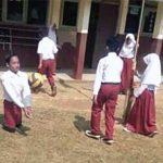 SEMANGAT : Zaenal (14) seorang bocah difabel saat mengikuti mata pelajaran olahraga bersama teman-temannya di lapangan SDN Gunung Rosa, Kecamatan Waluran.