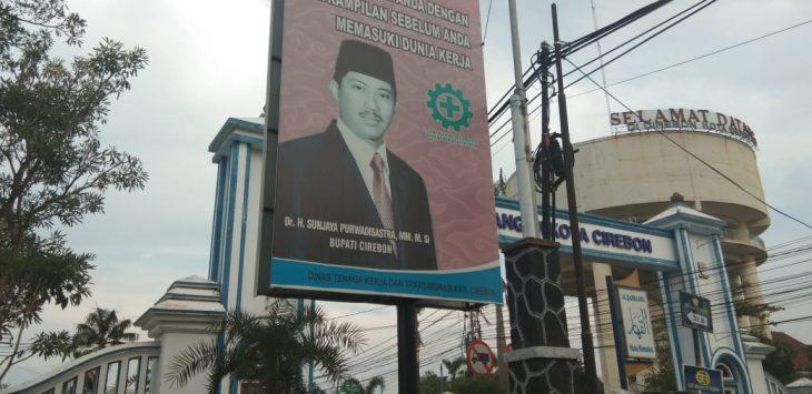Baliho bergambar Bupati Cirebon Non-Aktif Sunjaya Purwadi Sastra masih bertebaran di lingkungan kabupaten, Rabu (14/11/2018)./Foto: Kirno