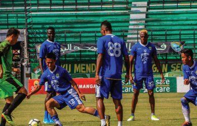 LATIHAN: Tim Persib Bandung saat menjalani latihan. Jelang menghadapi Bhayangkara FC, dua bomber (Bauman dan Ezechiel) dipastikan bermain. RIANA SETIAWAN/ RADAR BANDUNG