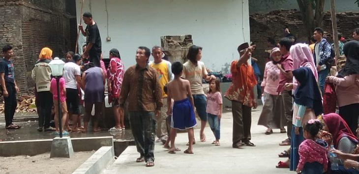 Warga Cianyumajakuning mandi di empat sumur area Keraton Kanoman, Kota Cirebon, Minggu (18/11/2018)./Foto: Kirno