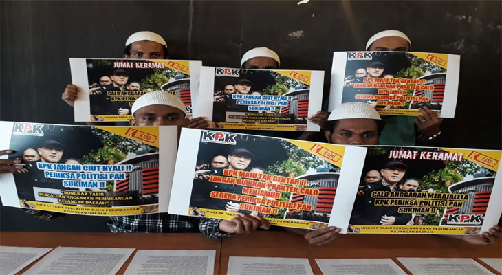 Sejumlah aktivits KAMI menunjukkan poster sebagai wujud desakan kepada KPK, Sabtu (17/11/2018).