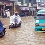 TERJEBAK BANJIR: Sejumlah kendaraan angkutan umum terjebak banjir di Jalan Suryakencana, Kecamatan Cibadak, (27/11).