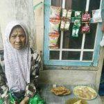 YUK BANTU BELI: Emak Enah sudah ditinggal meninggal sang suami, dan kini menjual gorengan untuk menyambung hidup. FOTO: Instagram @silihasahsilihasihsilihasuh