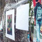 HASIL KARYA: salah seorang fotografer kamera ponsel saat memajangkan hasil jepretan miliknya.