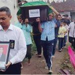 DIKEBUMIKAN: Jenazah Firmansyah Akbar (43) korban pesawat Lion Air JT610 saat dibawa ke peristirahatan terakhirnya, Selasa (13/11).