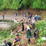 Jalan Naringgul menuju Cidaun maupun sebaliknya lumpuh total setelah tebing Cicatang setinggi 15 meter ambruk menutupi jalan utama