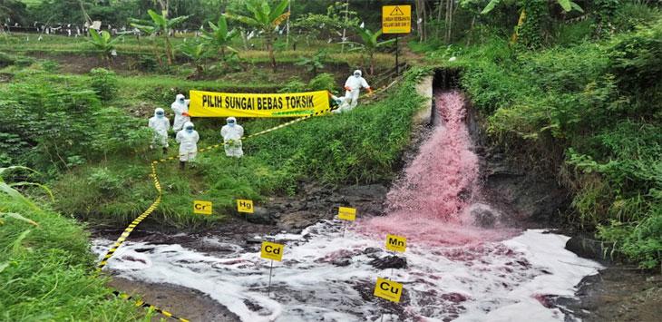 LIMBAH: Sejumlah aktivis Greenpeace sedang menandai sebuah saluran pembuangan limbah industri tak bertuan di Padalarang, beberapa waktu lalu. Istimewa