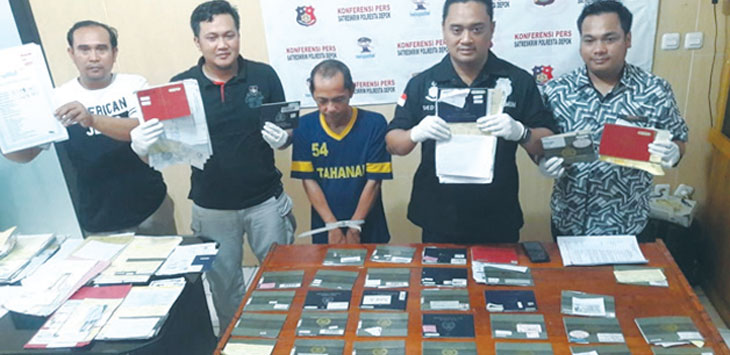 MENUNJUKAN BUKTI: Kasatreskrim Polresta Depok, Kompol Deddy Kurniawan (dua dari kanan) memperlihatkan barang bukti praktek percaloan, di Mapolresta Depok, jum'at (09/11/18). Irwan/Radar Depok