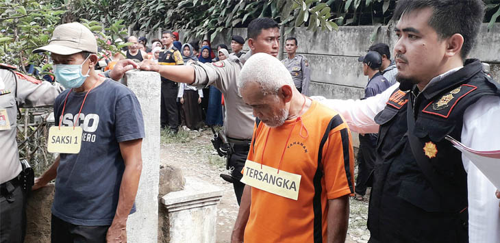 JALANI REKONSTRUKSI: AH (63) pelaku pembunuhan Fatimah (48) warga Kecamatan Ciemas saat memperagakan adegan pada rekonstruksi di kontrakan korban. Foto : Radar Sukabumi