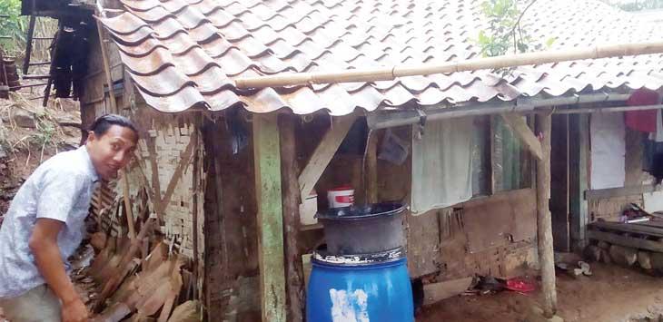 TERANCAM AMBRUK: Rumah Pupun, warga Kampung Cikiwultongoh, RT 1/1, Desa Sekarwangi, Kecamatan Cibadak terancam ambruk bila terus diguyur hujan.